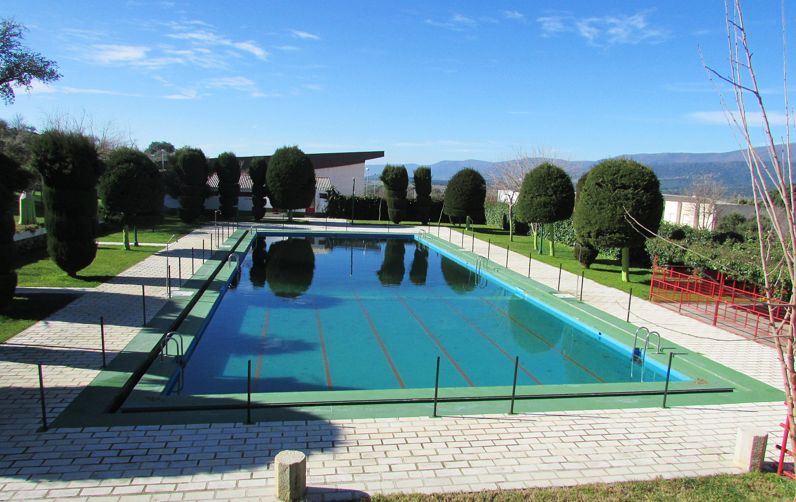 La piscina municipal reformada y lista para su apertura for Piscina municipal caceres