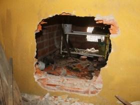 Butrón de la pared para acceder al interior