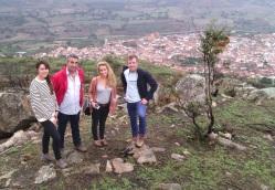 Concejales y responsables de Abengoa visitando la sierra.