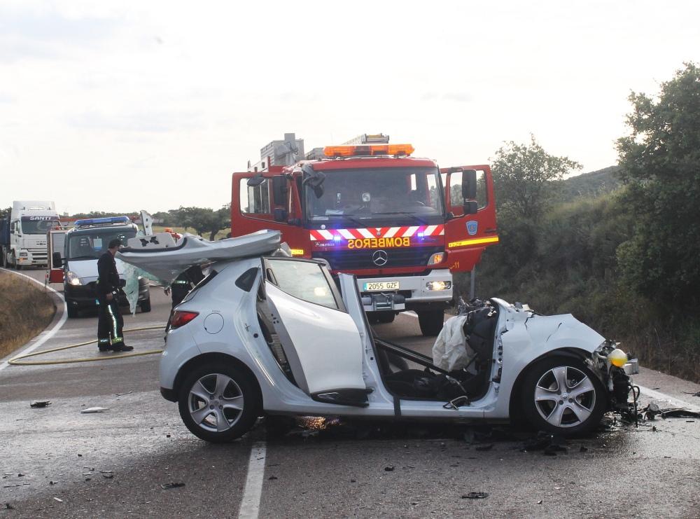 SUCESOS.  Dos fallecidos en un grave accidente de tráfico entre Logrosán y Zorita (1/2)