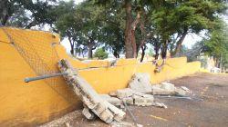 El muro del parque-mercadillo que ha sufrido la horda de los vándalos esta noche.