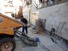 Operarios municipales desmantelando la fuente