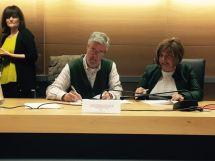 Alcalde firmando Plan Activa