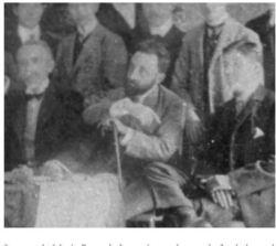 De la obra de E. Cortijo. Imagen de Mario Roso de Luna, junto al resto de fundadores del Centro Extremeño de Madrid (1905)