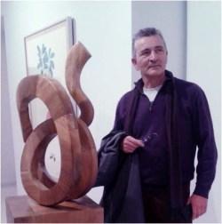 El artista junto a la obra seleccionada en la inauguración de la exposición colectiva